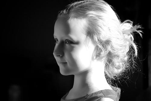 [フリー画像] 人物, 子供, 少女・女の子, モノクロ写真, 201101010700