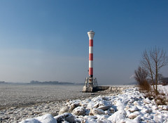 Leitfeuer Blankenese (Gunnar Ries zwo) Tags: winter lighthouse ice hamburg eis beacon elbe leuchtturm blankenese winterlich winterly eisgang
