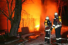 Feuer 12 Staffeln  Grobrand in Bootswerft  Berlin Spandau (Stefan Rasch) Tags: berlin brand feuerwehr berliner feuerwehreinsatz spandau lanke scharfe bootswerft bootshalle wilhelmstadt grosbrand 11012011