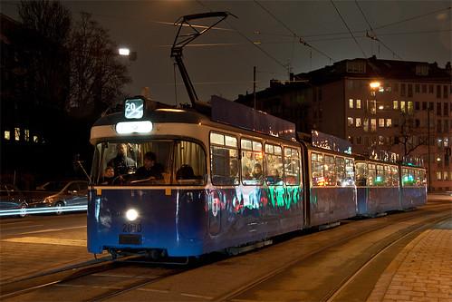 Auch Wagen 2010 war unterwegs, allerdings auf der Linie 20 nach Moosach. Hier hält er gerade an der Sandstraße.