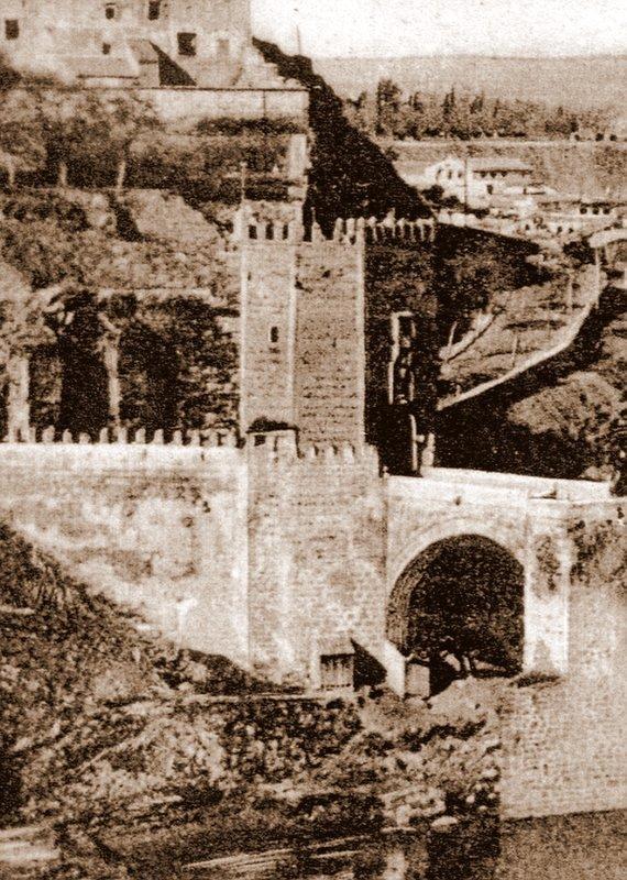 Puerta de Alcántara tras ser descubierta en 1911