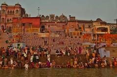 INDIEN, Varanasi (Benares) frhmorgends  entlang der Ghats, 14423 (roba66) Tags: varanasibenares indienvaranasibenaresfrhmorgendsentlangderghats benares varanasi ganges ganga ghat pilgerstadt pilger hindu hindui menschen people indianlife indianscene history brauchtum tradition kultur culture indiansequence historie historic historical geschichte hinduismus
