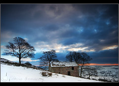Roaches snow.. (Chrisconphoto) Tags: snow cold landscape derbyshire peakdistrict bigsky drama roaches chrisconway roachendbarn