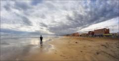 Seul sur le sable, les yeux dans l'eau