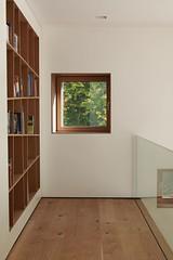 Innenansicht Bücherregal (Oifi74) Tags: Detail Bayern Deutschland D Fenster  Parkett Hell Treppe Sofa