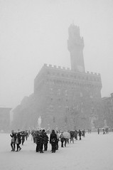 Ai suoi piedi, neve Signoria. (Angelica Gallorini) Tags: people italy white snow cold ice square italia december gente human tuscany neve 17 firenze snowing piazza friday umbrellas dicembre bianco priori 17th medioevo nevicata ghiaccio florenze signoria maltempo ombrelli venerd nevica diaccio