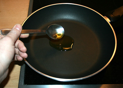 03 Frosta Hähnchen Curry - Öl in Pfanne geben