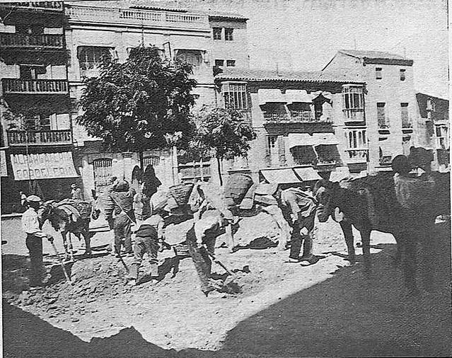 Obras en la Plaza de Zocodover en 1925. Fotografía publicada en octubre de ese año con motivo de un artículo sobre la polémica remodelación proyectada entonces. Revista Toledo