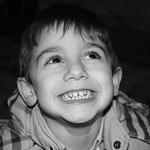 Sonrisa de pillo en blanco y negro. thumbnail