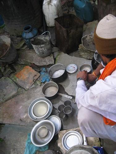 Lavando recipientes con agua del mismo Ganges.