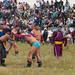 Lutadores competindo com os homens do exército