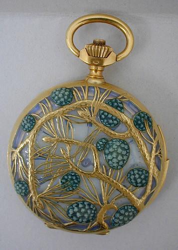 010-Caja de reloj decorado con piñas-Lalique 1900-© Les Arts Décoratifs