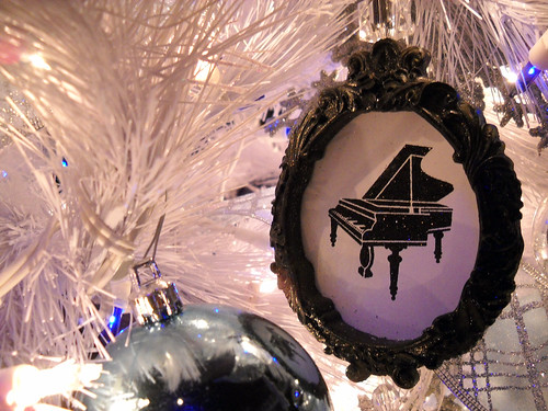 040: Piano ornament