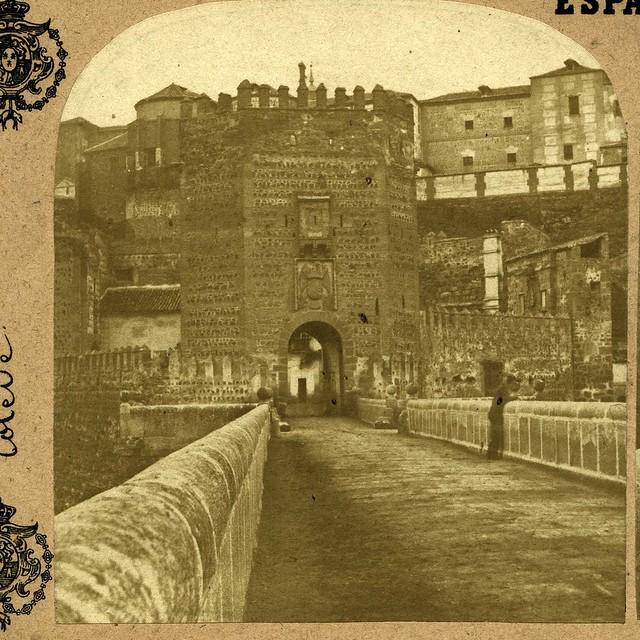 Puente de Alcántara hacia 1860. A la derecha puede verse la Puerta de Alcántara y a la izquierda la de San Ildefonso, ambas desaparecidas.
