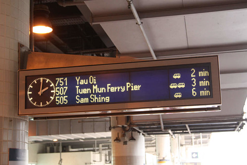 In both English and Chinese, it tells you the route, number of vehicles in the train, and the time until arrival