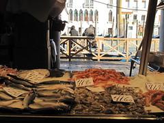 Il mercato del pesce a Rialto. (sangiopanza2000) Tags: venice italy fish market venezia mercato rialto pesce veneto italiia sangiopanza