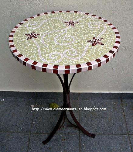 mesa em mosaico com motivo floral