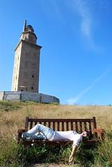 Torre de Hércules (Mariano Rupérez) Tags: girl mujer coruña torre chica banco galicia cielo verano hércules hierba