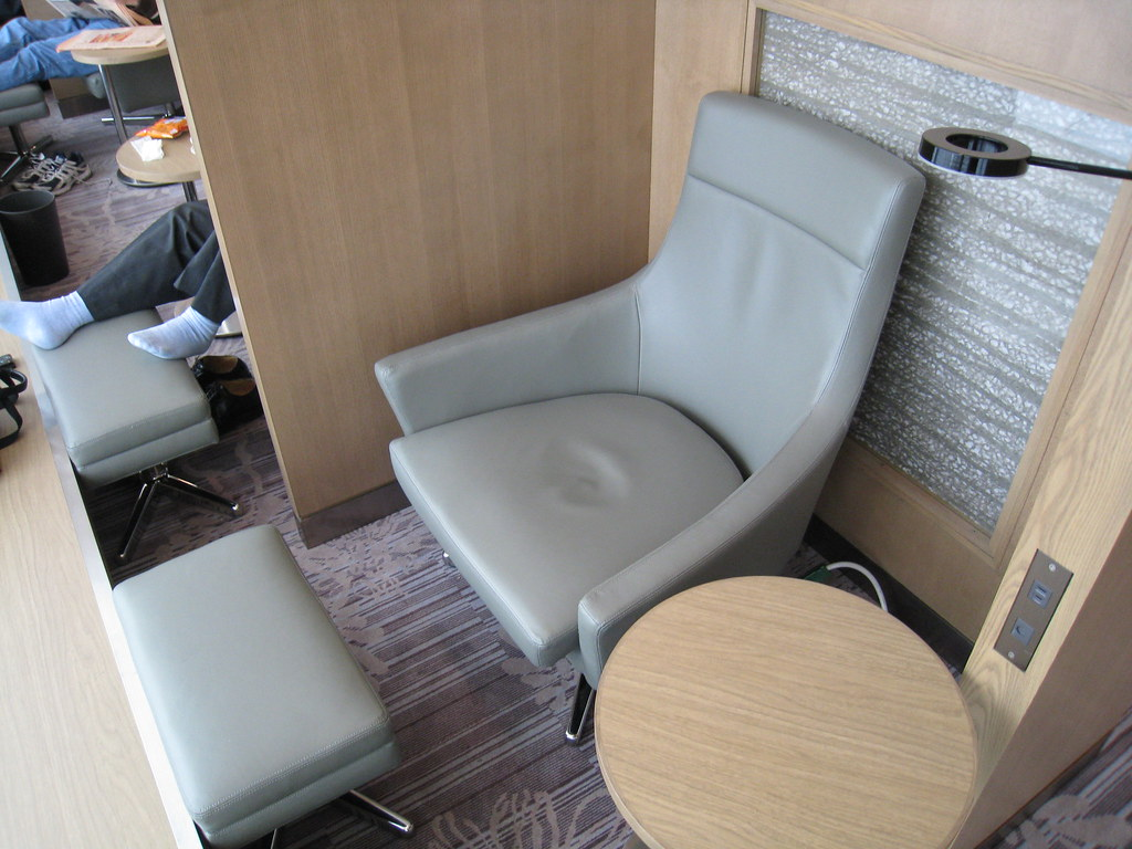 Personal cubicles at JAL Sakura Lounge at Haneda