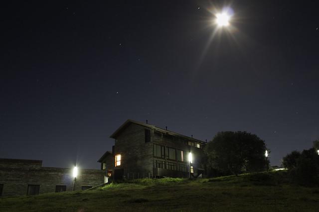Fotografía nocturna de la Hospedería de Monfragüe