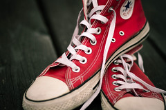 Des vieilles Red All Star (Aleaty) Tags: wear sombre dark bois footwear classic fashion converse shoes red white old wood bokeh sneakers chaussure rouge lacet blanc vieux destroy