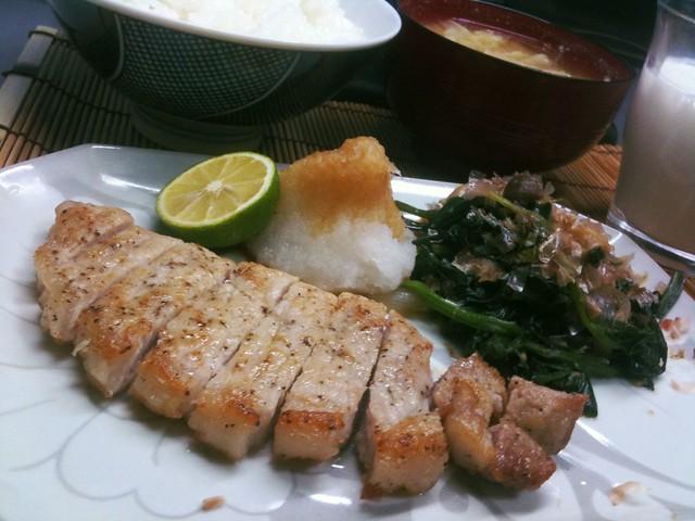 トンテキにおろしポン酢とすだちを添えて。ほうれん草はおひたしな味付けで炒めました。 #jisui