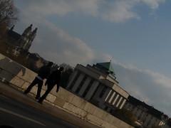 Un guingois dominical : la cathédrale, la Bibliothèque municipale, deux marcheurs.