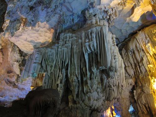 stalaktyty w jaskini na zatoce Halong