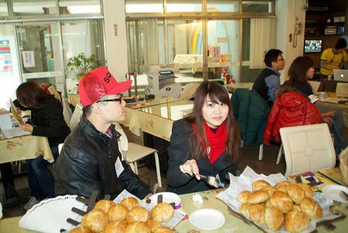 坐在麵包前的幸福人兒_攝影者庭達