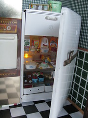 The fridge (Retro Mama69) Tags: toys fridge dollhouse corning greenkitchen retrokitchen miniatuer rementminiatures metalkitchen miniaturekitchen miniaturepyrex kitchendollhouse collectionminiatures kitchendiorama vintagetintoykitchen wareminiatue kitchenroombox superiortcohnkitchen superiorkitchentoy