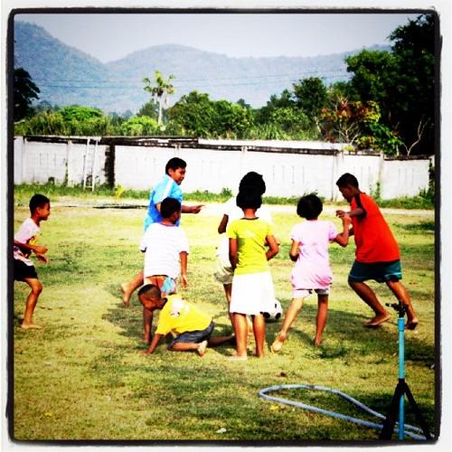 サッカーする子供たち