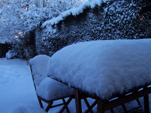 garden_table_snow_more_522
