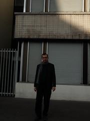G. Cingal, devant le store fermé de son bureau (Tanneurs 49ter). Tours, dimanche 12 décembre 2010.