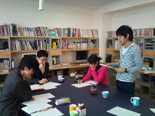 美術科の城(?)のデザイン実習室にて ライティング講座の課題発表です