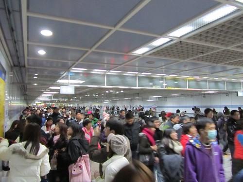 2011跨年煙火-捷運滿滿的人潮-2.JPG