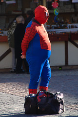 Spider-Man vs Beer Belly (Niccol Caranti) Tags: madrid blue winter red beer costume spain europa europe december cosplay blu lol candid fat web spiderman streetphotography uomo belly superhero piazza inverno natale rosso birra mercato dicembre spagna maschera ragno grasso pancia ragnatela supereroe nikond40x dsc7932 dwcffstreet