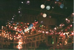 Camden lights (RL Stars) Tags: auto london film night 50mm lights luces noche analgica pentax market bokeh camden g super 1999 mercado londres plus expired photoart mv chinon fujicolor f17 rlstars