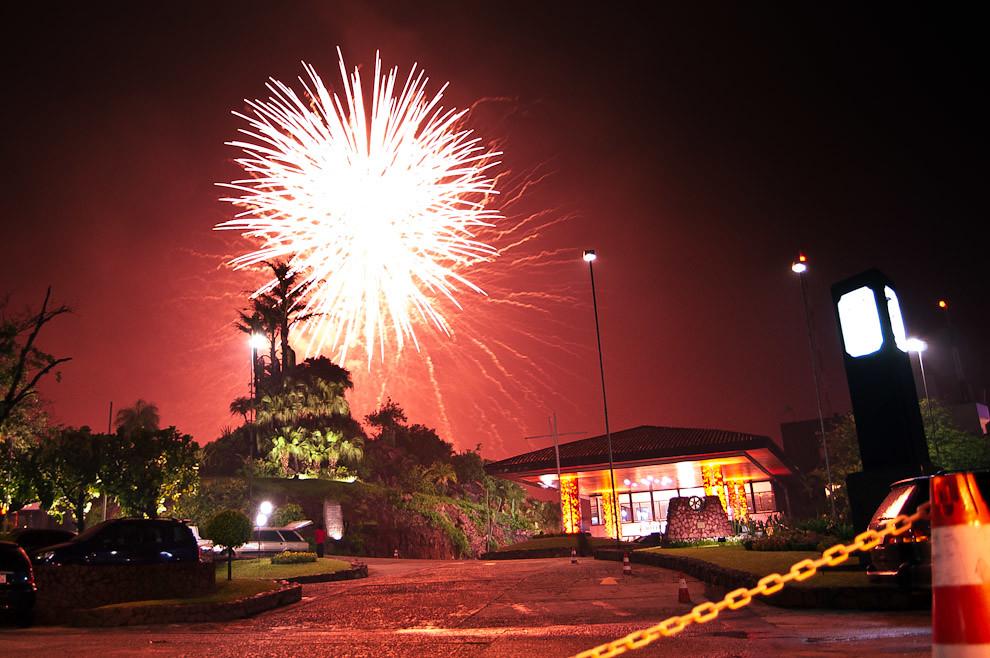 El tradicional show de fuegos artificiales en la playa del Río Paraguay, detrás del Hotel Yacht y Golf Club Paraguayo, se iniciaba segundos después de las 00:00 del 31 de Diciembre, recibiendo al Año Nuevo. (Elton Núñez - Asunción, Paraguay)