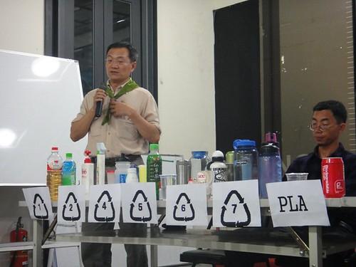記者會中並進行各項塑膠容器的介紹,與會環保團體提醒民眾在自備飲料杯時,也要注意容器的安全性。(圖片來源:清淨海洋行動聯盟提供)