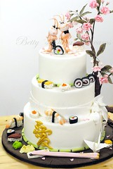 Sushi Love (Bettys Sugar Dreams) Tags: wedding roses cake germany sushi gold origami crane weddingcake hamburg betty cherryblossom caketopper rosen hochzeitstorte burntorange scampi stbchen fondant kirschblte kranich brautpaar hochzeitstorten sugarpaste motivtorte tortenfiguren bettyssugardreams bettinaschliephakeburchardt bltenpaste kanjilove easthamburg