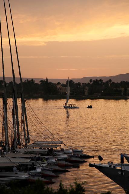エジプト ルクソール 夕暮れのナイル川とフルーカ