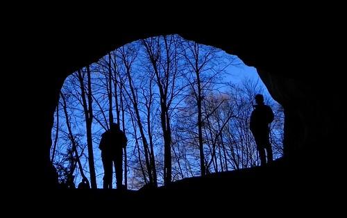 Le bleu du ciel à la sortie de la grotte de Banges 035
