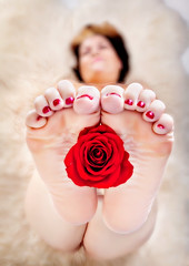 human vase (funkygreeneyedlady) Tags: rose bottomoffeet humanvase bbwmodeling©whiteveilstudiostoesbbwmodelingrosevaselegsartisticnuditycherrylace mearlegateseroticnudetumwater