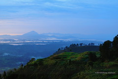 Hutaginjang -D20_0015 (Johnny Siahaan) Tags: sunset mountains misty clouds sunrise indonesia gunung batak toba laketoba sumatera huta danautoba sumaterautara tobalake matahariterbit tapanuliutara hutaginjang taput johnnysiahaan mataharipagi fotodanautoba fotohutaginjang