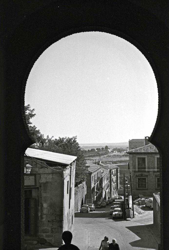 Calle Cervantes vista desde el Arco de la Sangre en Toledo hacia 1967. Fotografía de John Fyfe