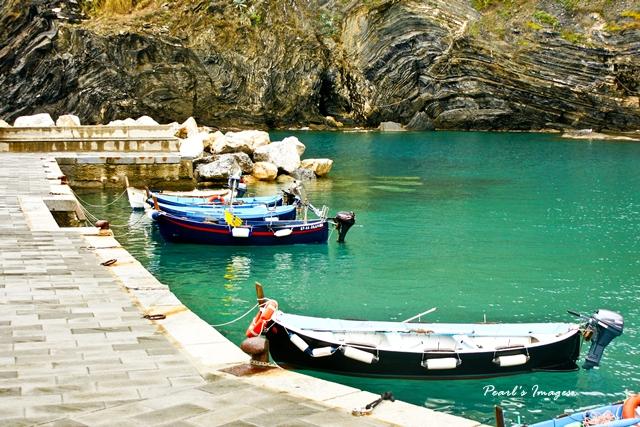 色彩鮮艷的小船徜徉在地中海