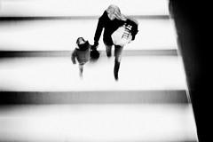 [フリー画像] 人物, 親子・家族, モノクロ写真, 201103191300