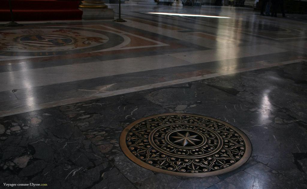 Sol de la basilique, avec une superbe grille