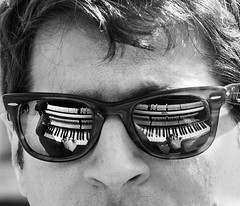 (Magdalena Roeseler) Tags: bw sw moments monochrome reflexion street strassenfotografie streetphotography streetportrait piano music candid paris people play glasses olympus
