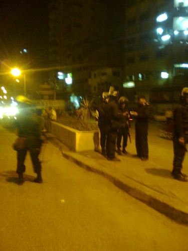 قوات الامن بميدان مشغل مجهزين بالبنادق المطاطيه وقاذفات القنابل المسيله للدموع